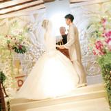 バリ直輸入のストーンレリーフをあしらった祭壇の前で愛を誓う。