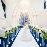 15ⅿの天井から降り注ぐ、自然光 ロイヤルブルーの爽やかな開放感溢れる挙式会場