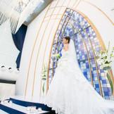 サムシングブルーを思わせるステンドグラス シャンデリアの輝きと、自然光でウェディングドレスが更に美しさを増します