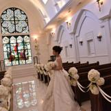 100年の歴史を持つロイヤルステンドグラスがお二人の愛の誓いを見守る