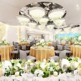 【リニューアル】グランブリエ 真っ白の明るい会場は、輝く装飾が丁寧に施され、華やかな印象に!オープンキッチンでゲストに喜ばれるお料理をプレゼント!