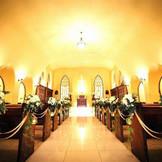神秘的な光を放つ礼拝堂。誰もが厳粛な気持ちにさせられる独特の雰囲気が流れている