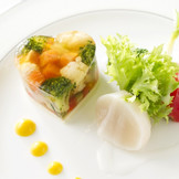 幸せのメルヘンコース【海の恵みと華やかン野菜のプレッセ 彩色菜に包まれて】