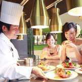 ライブ感溢れるオープンキッチンからのお料理はゲストに大好評!