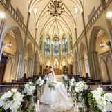 ステンドグラス輝く教会。長いバージンロードや高い天井が特徴。天井の高さ13mはまさに圧巻