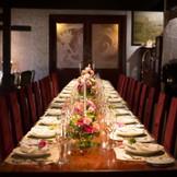 会場中心の一枚板でつくられた木製テーブルには最大26名まで着席可能。