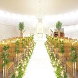 【LAPIS(ラピス)】天井から射し込む自然光に大理石が輝く真っ白な内部は神秘的(着席85名収容)