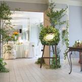 2013年8月にリニューアルした「ソレイユ」は、『太陽の下(もと)の婚礼式』をテーマに、ガーデンウエディングを室内に取り込んだかのようなコーディネートが映える空間。間近に迫る庭園の景色もゲストへのおもてなしに。