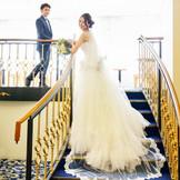 チャペル挙式場へと続くウェルカムルーム:ロイヤルブルーの絨毯は純白のウェディングドレスを引き立たせます♪階段にヴェールを流してシルエットも美しく撮ることができるおすすめスポット☆
