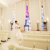 自然光が差し込むあたたかみのあるチャペル。美しいドレス姿に思わず息をのんでしまいます。