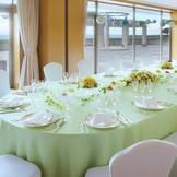 小さな結婚式で挙式される方の90%は、挙式後にご家族でのお食事会(会食)をされています。 小さな結婚式では、近隣の提携レストラン・料亭のご紹介、セッティングも承っています。