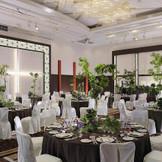 天井が高い会場なので、圧迫感がなく、演出の幅も広がります。 高さのあるゲスト装花も豪華な披露宴を演出してくれます。