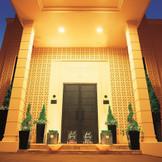 丘の上に建つ「ヒルサイドクラブ迎賓館」 このエントランスからおふたりの最高の一日が始まります。
