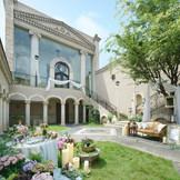 アンティーク調の扉をくぐり、回廊を通ると現れる教会。 ガーデンではゲストと写真撮りや歓談などゆっくりとした時間を過ごすことができる。