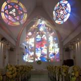 最新の映像演出プロジェクションマッピングを導入!! 純白のチャペルにステンドグラスの大聖堂や青空や星空などを映して 印象的な挙式を行うことが出来ます。