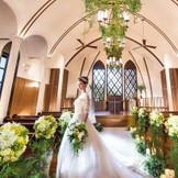 高さ7.5mの天井と、窓越しの緑が醸し出す開放感溢れるチャペル。温もりがそっと2人を包み込むような厳かな印象が、お二人のこれからの新しい人生を彩ります。