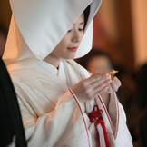 夫婦の契りを交わす盃 館内での厳かな神前式や近隣神社での神前式も叶う。 施設や随所にある洗練された調度品が、上質な和の空間を演出します。