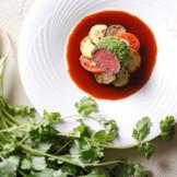 フランス料理・夏から肉料理。コリアンダーの香りが食欲をそそる。