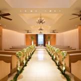 """2016年8月『水のチャペル』オープン! 祭壇の壁をゆるやかに流れる水がバージンロードに柔らかな波紋の光を描き出し、微かな水音がさらさらと静かに響く― ゆったりとした""""ゆらぎ""""が流れる神聖な空間で、ゲストの祝福を受けながら永遠の誓いを"""