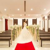レッドカーペットに純白のウェディングドレスがとても映えます♪