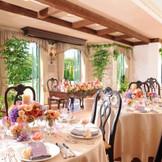 緑のガーデンを背にしたメインテーブル・・・爽やかな雰囲気のナチュラルスタイル♪