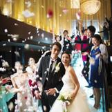 煌びやかに舞う花びらの中、たくさんの祝福の拍手と笑顔に包まれるその様子は、まるで映画のワンシーンのように深く印象に残ります。