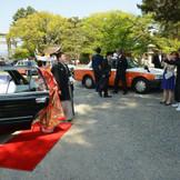 花嫁タクシーで豊国神社へご到着 (「幸せなお二人」より)
