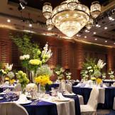 天井高7メートルもあり、シャンデリアがある会場 瑠璃の間