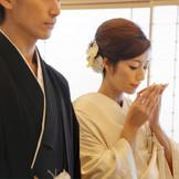 陽の光が射し込む神殿では、雅楽の音色に包まれて、新宿総鎮守である十二社熊野神社によって結婚式を。