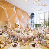 高さ8メートルの披露宴会場の開放感とワインタワーには圧巻