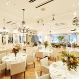 【ソーレ】2016年3月上旬リニューアル! イタリア語で太陽と言う意味のこの会場。前室は普段BARスペースとしてOPEN。結婚式当日は、友人同士がスタンディングで会話を楽しめるウェィティングスペースとしてお二人の為に開放。