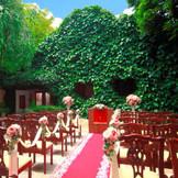 ガーデン挙式ではキリスト挙式の他、宗派に捉われない人前式も人気!バルーンリリースもブーケトスも人気の演出♪
