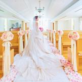 窓のある明るいチャペルでは、新郎新婦の晴れ姿がさらに華やぎます