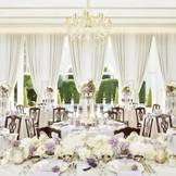 披露宴会場は、白亜の会場の為どんな コーディネートもぴったり!夕方のライトアップは大人気!