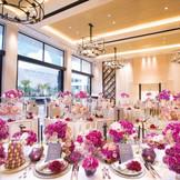 パーティ会場もチャペル同様、白で統一されたスタイリッシュな空間。大きな窓の奥に広がるガーデンや隣接したホワイエを丸ごと貸切りに。また、大階段、大型スクリーン、オープンキッチンなど設備も充実!