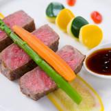 日本三大和牛をはじめ、成型肉を使用しない安心とおいしさを求めたコース料理。