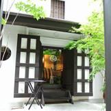蔵のような入口がゲストを出迎えてくれます。