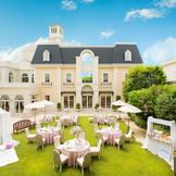 フランスのリゾート地をイメージした白亜の邸宅、フランス館。会場内には、手すり付きの大階段があり、サプライズ登場や趣向を凝らした余興にも使用できます。クリスタルシャンデリアがきらめく、ラグジュアリーな空間が人気。
