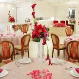 挙式後は専用会食会場で、ゆったりと両家だけでの会食もおすすめ。完全貸切の会食会場も備わっており、移動の手間が無く安心。演出・進行を入れた披露パーティも可能。