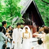 挙式後のふたりをつつむのは、美しいロケーションとライスシャワーの祝福。