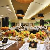 《ファミーユ》オープンキッチンやバーカウンター、ベンチシートを備えた遊び心あふれる楽しい空間