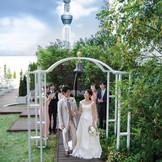 【ガーデンチャペル】 青空の下、自 然光と開放感に溢れたガーデンチャペル。2人の挙式をゲストと共にスカイツリーが見守ります。   収容人数/着席~80名様