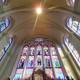 独立型の大聖堂だからこそ実現する4方向から降り注ぐステンドグラスからの光に息をのむ