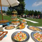 広大なガーデンではオードブルやフルーツ、色鮮やかなカクテルや生ビールが楽しい会話を盛り立てます。