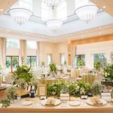 アットホームなパーティが叶う、イタリア館。ベビーイエローのインテリアでまとめられた会場内には、高い天井から自然光が降り注ぎ、優しい印象を与えます。隣接したガーデンには、噴水やウッドデッキがあり、リゾートウェディングを盛り上げます。