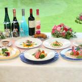 庭で咲くハーブや契約農家の新鮮食材、福島の果物など、厳選食材を常に追及。フランス直輸入マカロンはデザートに!