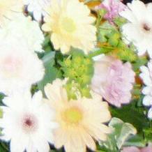 新郎新婦の前のお花
