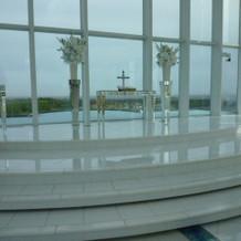 祭壇の向こうに海が見える