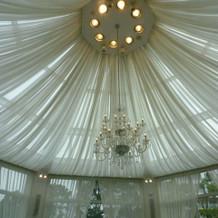 ブルードア天井のシャンデリア