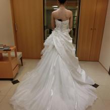 大ぶりなドレス